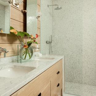 Inspiration för ett funkis grå grått en-suite badrum, med skåp i ljust trä, beige väggar, med dusch som är öppen, släta luckor, mosaik, ljust trägolv, ett undermonterad handfat, beiget golv, en hörndusch och blå kakel