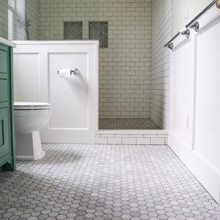 Foto di una stanza da bagno padronale country di medie dimensioni con ante in stile shaker, ante verdi, doccia alcova, piastrelle bianche, piastrelle diamantate, pareti verdi, pavimento in marmo, pavimento grigio, doccia aperta e top bianco