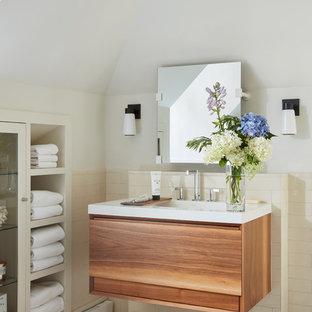 Стильный дизайн: большая главная ванная комната в современном стиле с плоскими фасадами, фасадами цвета дерева среднего тона, японской ванной, открытым душем, раздельным унитазом, бежевой плиткой, керамической плиткой, белыми стенами, полом из керамической плитки, монолитной раковиной, столешницей из искусственного камня, разноцветным полом, душем с распашными дверями и белой столешницей - последний тренд