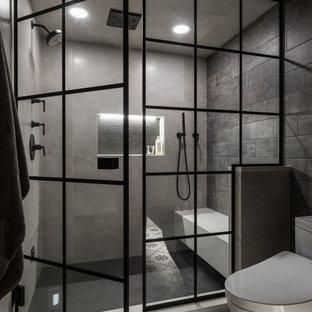 Bild på ett mellanstort industriellt beige beige bastu, med skåp i shakerstil, svarta skåp, en toalettstol med hel cisternkåpa, beige kakel, porslinskakel, grå väggar, klinkergolv i porslin, ett undermonterad handfat, bänkskiva i kvarts, flerfärgat golv och dusch med gångjärnsdörr