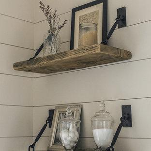 タンパの中サイズのカントリー風おしゃれなマスターバスルーム (中間色木目調キャビネット、ダブルシャワー、白いタイル、石タイル、ベージュの壁、玉石タイル、ベッセル式洗面器、ベージュの床、オープンシャワー) の写真