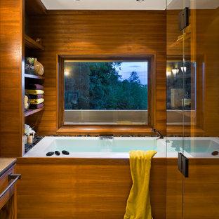 На фото: ванные комнаты в восточном стиле с полом из галечной плитки и накладной ванной