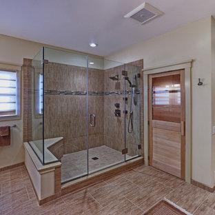 Foto di una grande sauna minimalista con lavabo sottopiano, ante con riquadro incassato, ante beige, top in quarzite, piastrelle beige, piastrelle in ceramica, pareti beige, doccia ad angolo, pavimento in gres porcellanato, pavimento marrone e porta doccia a battente