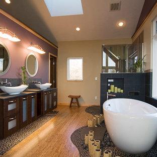 Idee per una grande stanza da bagno padronale etnica con lavabo a bacinella, ante di vetro, ante in legno bruno, vasca freestanding, doccia ad angolo, pareti viola e parquet chiaro