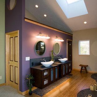 Großes Asiatisches Badezimmer En Suite mit Aufsatzwaschbecken, lila Wandfarbe, Glasfronten, dunklen Holzschränken und braunem Holzboden in Grand Rapids