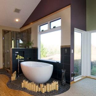 Foto di una grande stanza da bagno padronale etnica con vasca freestanding, piastrelle grigie, pareti viola e parquet chiaro