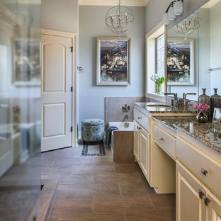 Mittelgroßes Klassisches Badezimmer En Suite mit Unterbauwaschbecken, profilierten Schrankfronten, beigen Schränken, Granit-Waschbecken/Waschtisch, Badewanne in Nische, offener Dusche, Wandtoilette mit Spülkasten, braunen Fliesen, Porzellanfliesen, grauer Wandfarbe und Porzellan-Bodenfliesen in New Orleans