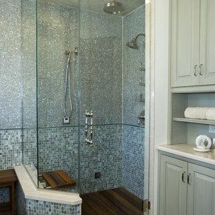Foto de cuarto de baño clásico renovado con ducha esquinera, baldosas y/o azulejos azules, baldosas y/o azulejos en mosaico, suelo de madera oscura y ducha con puerta con bisagras