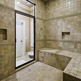 Exempel på ett klassiskt badrum, med beige kakel och travertinkakel