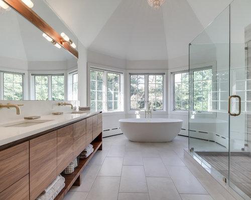 Salle de bain avec un sol en ardoise et des dalles de pierre ...