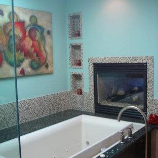Esempio di una grande sauna classica con ante lisce, ante in legno bruno, vasca idromassaggio, WC a due pezzi, piastrelle blu, piastrelle a mosaico, pareti blu, pavimento in gres porcellanato, lavabo a bacinella, top in granito e doccia ad angolo