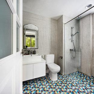 Immagine di una stanza da bagno con doccia industriale con ante lisce, ante bianche, doccia a filo pavimento, WC monopezzo, piastrelle multicolore, pareti grigie, lavabo a bacinella e doccia aperta