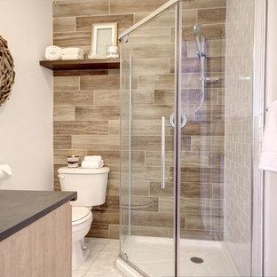 Modelo de cuarto de baño con ducha, rústico, pequeño, con puertas de armario de madera clara, ducha esquinera, sanitario de dos piezas, baldosas y/o azulejos blancos, baldosas y/o azulejos de cerámica, paredes blancas, suelo de baldosas de cerámica, lavabo sobreencimera y encimera de laminado