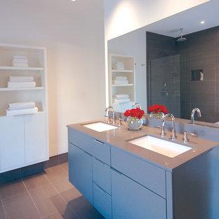 Modelo de cuarto de baño moderno con armarios con paneles lisos, puertas de armario grises y encimeras azules