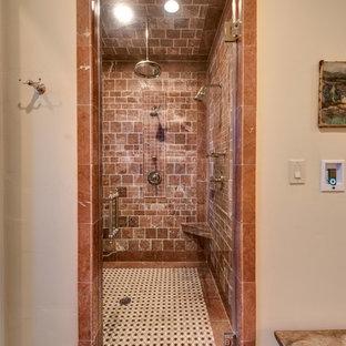 Inredning av ett medelhavsstil mellanstort en-suite badrum, med skåp i shakerstil, beige skåp, ett undermonterat badkar, en dusch i en alkov, en toalettstol med separat cisternkåpa, röd kakel, stenkakel, beige väggar, klinkergolv i terrakotta, ett undermonterad handfat och marmorbänkskiva