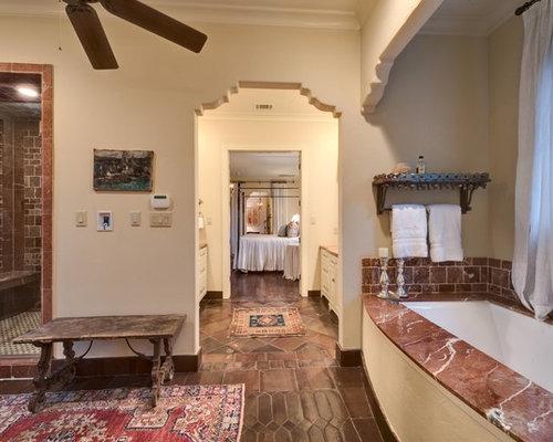 Salle de bain avec un sol en carreau de terre cuite et un for Un carreau de terre