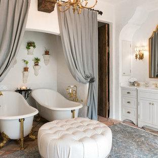 На фото: главная ванная комната среднего размера в средиземноморском стиле с фасадами в стиле шейкер, белыми фасадами, ванной на ножках, угловым душем, белой плиткой, керамогранитной плиткой, полом из терракотовой плитки, накладной раковиной, мраморной столешницей и белыми стенами с