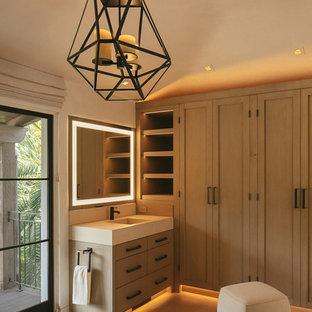 Idéer för ett medelhavsstil beige en-suite badrum, med möbel-liknande, skåp i mellenmörkt trä, beige väggar, ett integrerad handfat och beiget golv