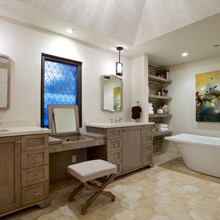 Großes Mediterranes Badezimmer En Suite mit Unterbauwaschbecken, Schrankfronten im Shaker-Stil, freistehender Badewanne, weißer Wandfarbe, dunklen Holzschränken, Travertin und beigem Boden in San Diego