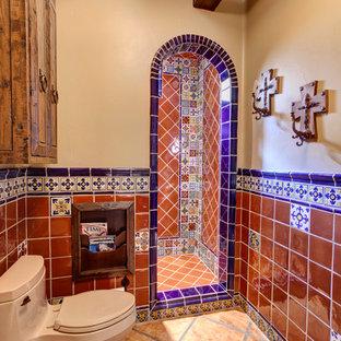 Modelo de cuarto de baño mediterráneo con ducha empotrada y sanitario de una pieza