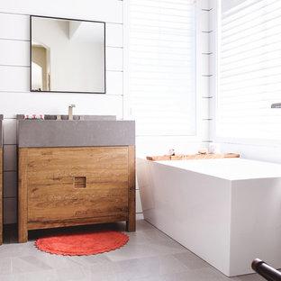 Foto di una stanza da bagno padronale contemporanea di medie dimensioni con ante lisce, ante in legno scuro, vasca freestanding, pareti bianche, pavimento grigio, doccia alcova, piastrelle blu, piastrelle bianche, piastrelle di cemento, lavabo sottopiano, doccia aperta e top grigio