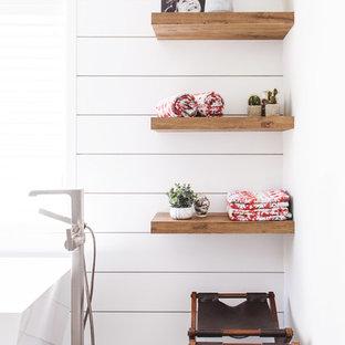 Idéer för ett mellanstort modernt en-suite badrum, med släta luckor, skåp i mellenmörkt trä, ett fristående badkar, en dusch i en alkov, blå kakel, vit kakel, cementkakel, vita väggar, ett undermonterad handfat, grått golv och med dusch som är öppen
