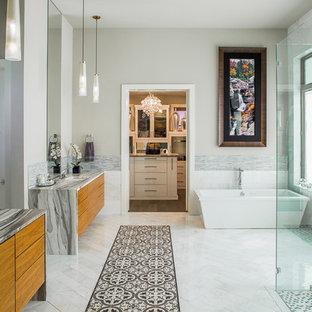 Idee per una stanza da bagno padronale contemporanea con ante lisce, ante in legno scuro, top in marmo, piastrelle multicolore, piastrelle a listelli, vasca freestanding, doccia a filo pavimento, lavabo sottopiano, pareti grigie e pavimento in marmo
