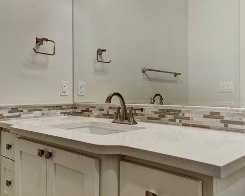 badezimmer mit terrazzo waschtisch und badewanne in nische. Black Bedroom Furniture Sets. Home Design Ideas