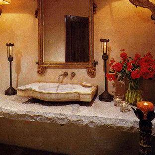 オレンジカウンティの地中海スタイルのおしゃれな浴室 (ベージュの壁、壁付け型シンク、コンクリートの洗面台) の写真