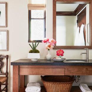 Inspiration för ett stort medelhavsstil vit vitt en-suite badrum, med skåp i mörkt trä, vita väggar, ett undermonterad handfat, öppna hyllor, klinkergolv i terrakotta, bänkskiva i betong och rött golv