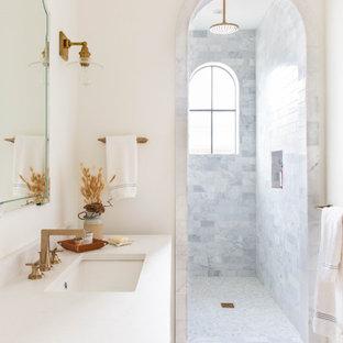 На фото: ванная комната в средиземноморском стиле с