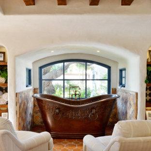 Стильный дизайн: огромная главная ванная комната с коричневыми фасадами, отдельно стоящей ванной, открытым душем, раздельным унитазом, разноцветной плиткой, керамической плиткой, белыми стенами, полом из керамической плитки, накладной раковиной, оранжевым полом и душем с распашными дверями - последний тренд
