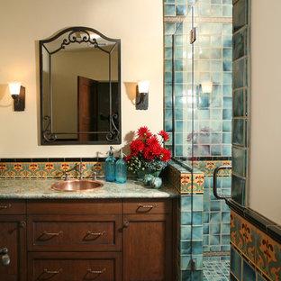 Создайте стильный интерьер: большая ванная комната в средиземноморском стиле с накладной раковиной, темными деревянными фасадами, душем в нише, синей плиткой, фасадами в стиле шейкер, столешницей из гранита, белыми стенами, полом из терракотовой плитки и оранжевым полом - последний тренд