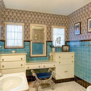 Ejemplo de cuarto de baño principal, mediterráneo, de tamaño medio, con armarios con paneles lisos, puertas de armario blancas, bañera exenta, baldosas y/o azulejos azules, baldosas y/o azulejos marrones, baldosas y/o azulejos de cerámica, paredes multicolor, suelo con mosaicos de baldosas, lavabo integrado, encimera de vidrio, suelo multicolor y sanitario de pared