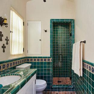 Idéer för ett mellanstort medelhavsstil grön badrum med dusch, med skåp i shakerstil, vita skåp, en dusch i en alkov, grön kakel, flerfärgad kakel, beige väggar, klinkergolv i terrakotta, ett undermonterad handfat, kaklad bänkskiva och dusch med gångjärnsdörr
