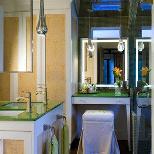 Idee per una stanza da bagno contemporanea con lavabo sottopiano, ante bianche, top in vetro, doccia alcova, piastrelle verdi, piastrelle a mosaico e top verde