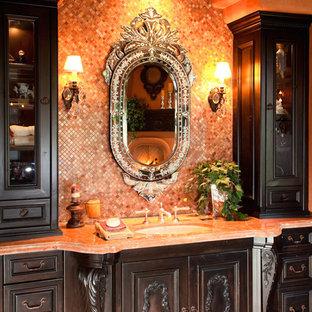 Inspiration för mycket stora rustika beige en-suite badrum, med möbel-liknande, bruna skåp, ett fristående badkar, en dusch i en alkov, en toalettstol med separat cisternkåpa, flerfärgad kakel, porslinskakel, orange väggar, klinkergolv i keramik, ett konsol handfat, marmorbänkskiva, rött golv och dusch med gångjärnsdörr