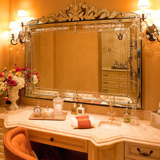 フェニックスの巨大なラスティックスタイルのおしゃれなマスターバスルーム (家具調キャビネット、茶色いキャビネット、置き型浴槽、アルコーブ型シャワー、分離型トイレ、マルチカラーのタイル、磁器タイル、オレンジの壁、セラミックタイルの床、コンソール型シンク、大理石の洗面台、赤い床、開き戸のシャワー、ベージュのカウンター) の写真