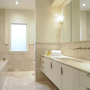 Foto di una piccola stanza da bagno padronale design con ante lisce, ante bianche, vasca sottopiano, doccia aperta, WC monopezzo, piastrelle beige, piastrelle in travertino, pareti bianche, pavimento in travertino, lavabo sottopiano, top in marmo, pavimento beige e doccia aperta