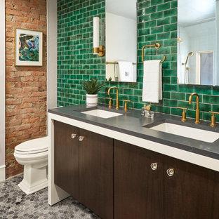 Modernes Badezimmer mit flächenbündigen Schrankfronten, dunklen Holzschränken, grünen Fliesen, Metrofliesen, Mosaik-Bodenfliesen, Unterbauwaschbecken, grauem Boden, grauer Waschtischplatte, Doppelwaschbecken, schwebendem Waschtisch und Ziegelwänden in Sonstige