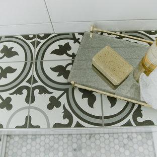 Idee per una stanza da bagno padronale country di medie dimensioni con ante in stile shaker, ante bianche e top in cemento