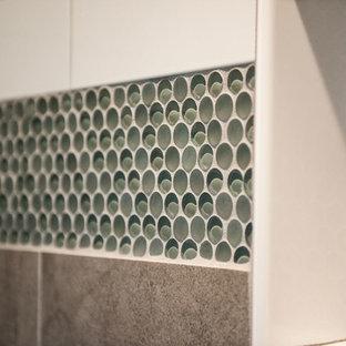 Immagine di una grande stanza da bagno padronale design con ante con bugna sagomata, ante bianche, WC a due pezzi, piastrelle verdi, piastrelle di vetro, pareti verdi, pavimento in vinile, lavabo da incasso, top in marmo e doccia alcova
