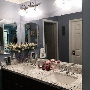 Kleines Klassisches Duschbad mit dunklen Holzschränken, blauer Wandfarbe, Unterbauwaschbecken, Recyclingglas-Waschtisch, Eckbadewanne, offener Dusche, Toilette mit Aufsatzspülkasten, Mosaikfliesen und dunklem Holzboden in Philadelphia