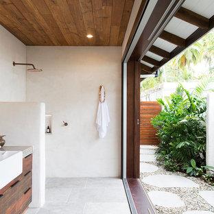 Foto de cuarto de baño con ducha, exótico, con armarios con paneles lisos, puertas de armario con efecto envejecido, ducha abierta, paredes blancas, suelo gris y ducha abierta