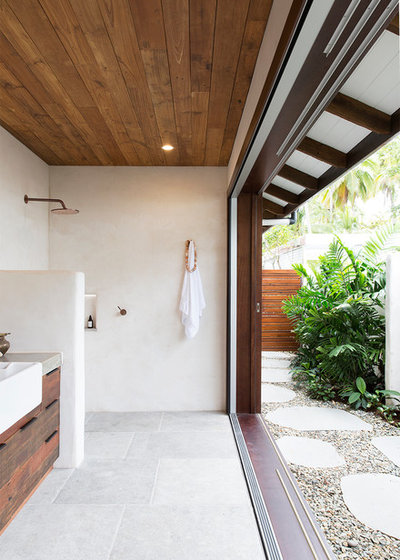 Tropical Bathroom by bàlay Vandyke