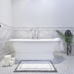 Ejemplo de cuarto de baño principal, urbano, grande, con bañera exenta, ducha esquinera, baldosas y/o azulejos grises, baldosas y/o azulejos de mármol, paredes blancas, lavabo con pedestal, encimera de mármol y ducha con puerta con bisagras