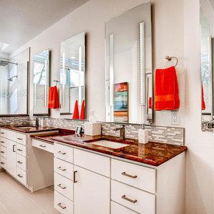Inredning av ett klassiskt stort röd rött en-suite badrum, med släta luckor, skåp i ljust trä, en öppen dusch, grå kakel, vit kakel, stickkakel, beige väggar, klinkergolv i keramik, ett undermonterad handfat, bänkskiva i kvarts, grått golv och med dusch som är öppen