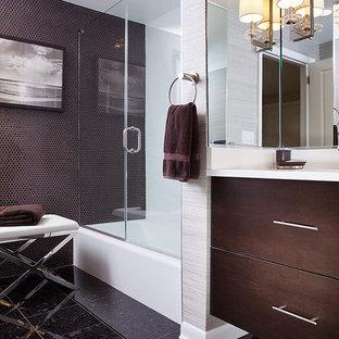 ニューヨークの小さいモダンスタイルのおしゃれな子供用バスルーム (フラットパネル扉のキャビネット、茶色いキャビネット、アルコーブ型浴槽、シャワー付き浴槽、分離型トイレ、茶色いタイル、磁器タイル、茶色い壁、テラゾの床、一体型シンク、珪岩の洗面台、茶色い床、開き戸のシャワー、白い洗面カウンター) の写真