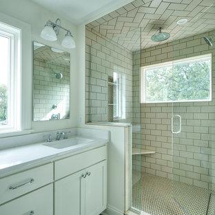 Diseño de cuarto de baño principal, tradicional renovado, grande, con armarios estilo shaker, puertas de armario blancas, baldosas y/o azulejos beige, baldosas y/o azulejos blancos, ducha esquinera, baldosas y/o azulejos de cemento, paredes blancas, lavabo bajoencimera y encimera de cuarzo compacto