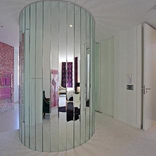 Ispirazione per una stanza da bagno minimal con doccia aperta, piastrelle rosa, piastrelle a mosaico e doccia aperta
